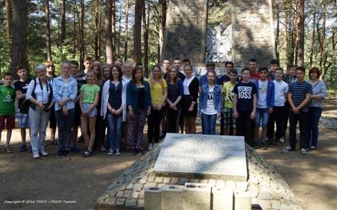 Gmina Lubiewo/ Tuchola: Wyjątkowa lekcja historii dla dzieci i młodzieży z Zespołu Szkół w Bysławiu (relacja filmowa)