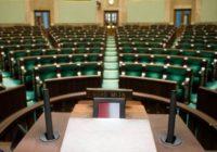 Po nawałnicy. Dwie skrajnie różne oceny pracy urzędu w Kęsowie przez posłów dwóch ugrupowań, a jak było w rzeczywistości? Polityczne piekło trwa!