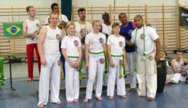 Egzamin osób trenujących capoeirę w bysławskiej grupie Associacao de Capoeira Mestre Bimba