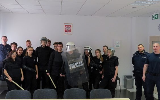 Klasa policyjno-pożarnicza odwiedziła tucholską komendę