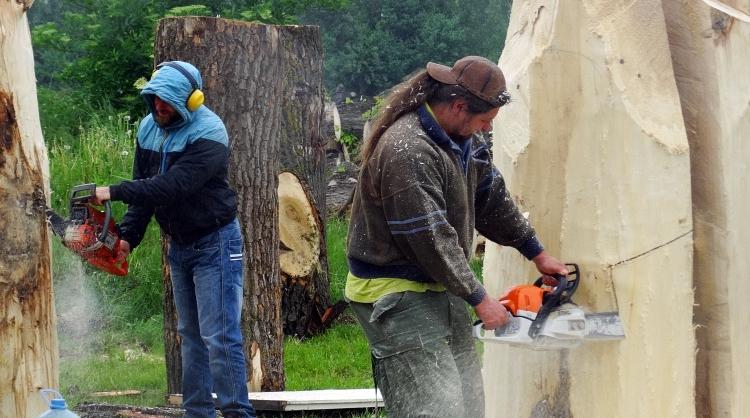Plener rzeźbiarski na tyłach budynku TOK-u w Tucholi